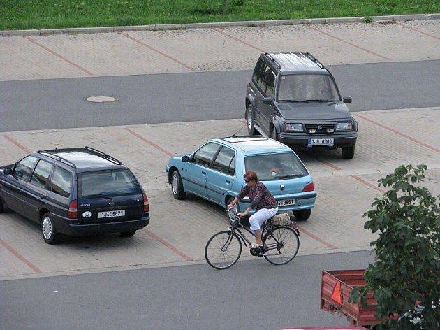 Někteří šoféři existenci parkovacích pruhů, do kterých by se měli vejít, prostě ignorují. K velké nelibosti svých kolegů, kteří na parkoviště přijedou o něco později.