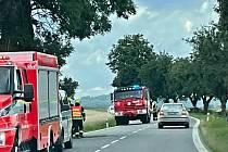 Osobní auto narazilo na silnici první třídy číslo 19 do stromu. Nehoda skončila se zraněním.