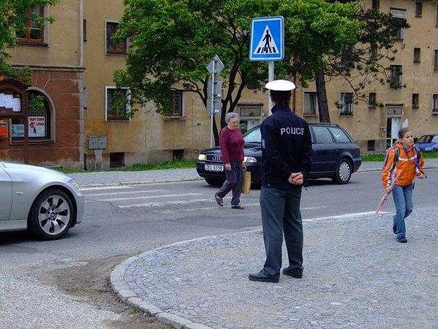 Opravu Brodské ulice mohou letos opět nahradit jen záplaty.