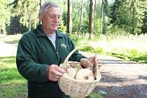 """V lesích u Bohdalce nasbíral plný košík hub Josef Švaňhal z Bobrové. """"Rostou sem tam, ale radost mi udělaly bedly,"""" řekl houbař."""