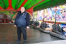 Pětapadesátiletý Václav Navrátil z jižních Čech se v prostředí pouťových atrakcí pohybuje odmalička. Po republice s autodromem, který dokáže se syny a třemi zaměstnanci postavit během dne, jezdí od dubna až do druhé poloviny října.
