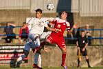 Kapitán třetiligových fotbalistů Velkého Meziříčí David Komínek (v červeném) je už několik sezon základní součástí defenzivní vozby klubu z města pod dálničním mostem.