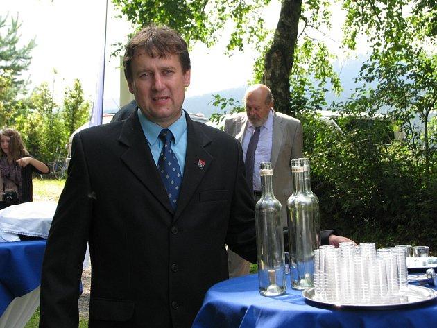 V Křižánkách se slavilo - příchozí vítal starosta Jan Sedláček domácí pálenkou.