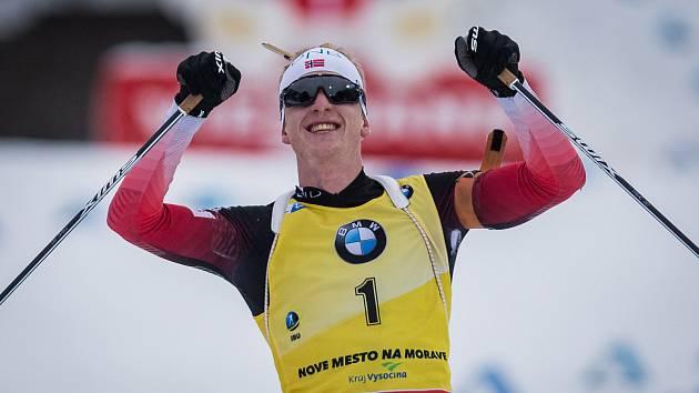 Johannes Thingnes BÖ v závodu s hromadným startem na 15 km mužů v rámci Světového poháru v biatlonu.