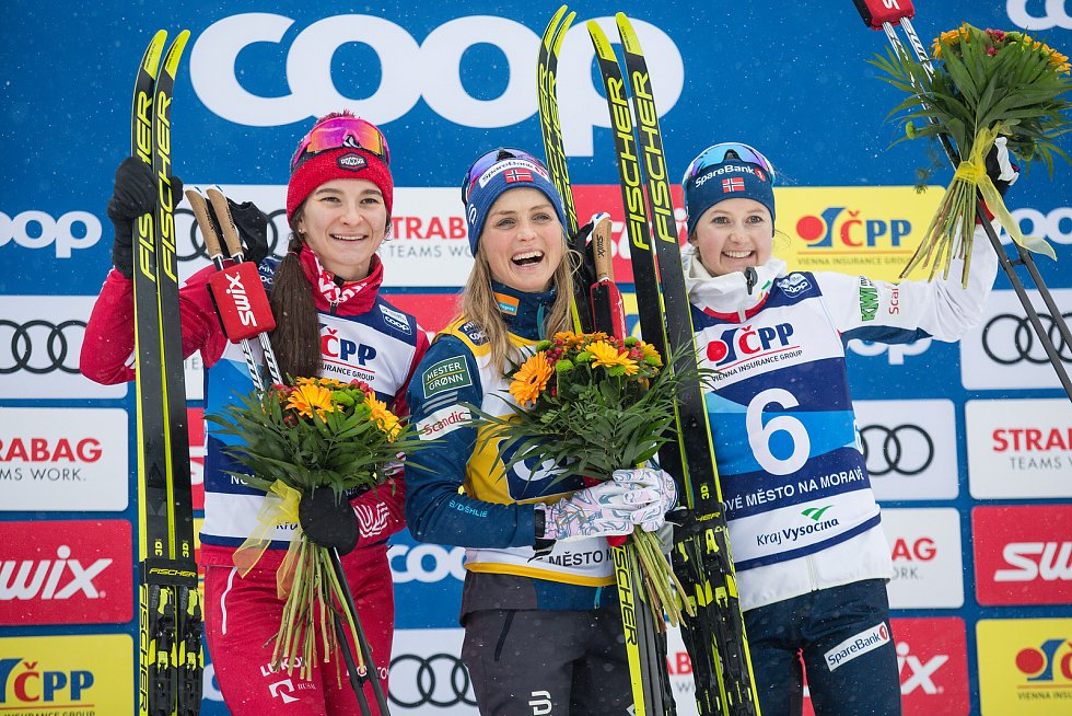 Ohlédnutí za Zlatou lyží 2020. Zleva druhá v cíli Natalja Něprjajevová z Ruska, vítězka Therese Johaugová z Norska a třetí Ingvild Flugstad Östbergová z Norska ve stíhacím závodě žen na 10 km klasicky v rámci Světového poháru v běhu na lyžích.