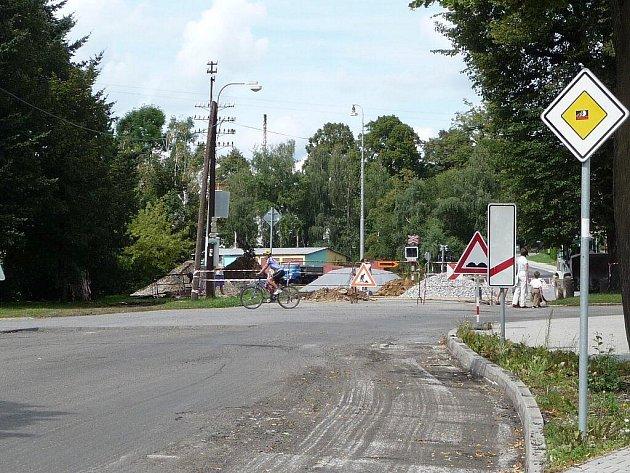 Zcela uzavřen měl být úsek silnice číslo II/354 z Nového Města na Moravě do Svratky, konkrétně část od kolejí u vlakového nádraží do Maršovic.