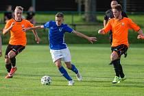 Fotbalisté Nové Vsi (v modrých dresech) by chtěli na jaře, v případě, že se bude hrát, prohánět favorizovaného podzimního lídra z Pelhřimova.