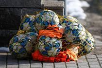 Fotbalové balony stále zůstávají schované. Ani s blížícím se příchodem jarních měsíců se situace amatérských fotbalistů příliš nelepší.