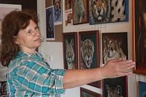 Přestože Dana Holečková (na fotografii) ukončila svou práci v zoo a stala se malířkou, svou největší lásku neopustila. Zvířata se dostala i do jejích obrazů.