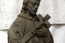 Podle pozůstatku sochy Jana Nepomuckého byla zhotovena replika, která bude umístěna ve skalním výklenku v Jánském údolí.