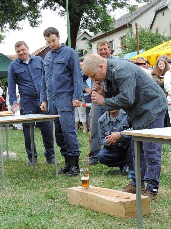 Při štafetě museli hasiči smotat hadici, přerovnat lahve od piva, vypít jedno pivo na ex, druhé metrovým brčkem a potom sníst rohlík a zapít ho mlékem.