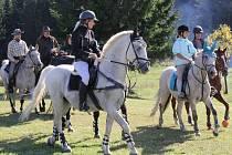 Zatímco jednatřicet koní v sobotu vyrazilo k desetikilometrovému honu na lišku, na samotu Zadní Chobot přicválalo šestnáct jezdců v replikách vojenských uniforem a asi pěti stovkám diváků předvedli jízdní útoky z americké občanské války.
