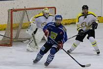 Velké Meziříčí (v modrém) si ve čtvrteční domácí dohrávce hravě poradilo s hokejisty Uničova (v bílém).