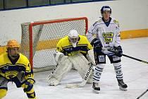 Hokejisté Velkého Meziříčí (v bílém dresu) potvrdili na ledě poslední Březiny roli jednoznačného favorita.