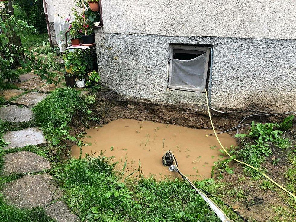 Čerpat vodu ze sklepů a odklízet bahno museli také hasiči v Kuklíku. Na Fryšávce už je vyhlášený první stupeň povodňové aktivity.