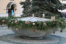 Už na Vánoce se dočkala kašna na náměstí Republiky originální výzdoby. Teď se lidé mohou těšit na novou.