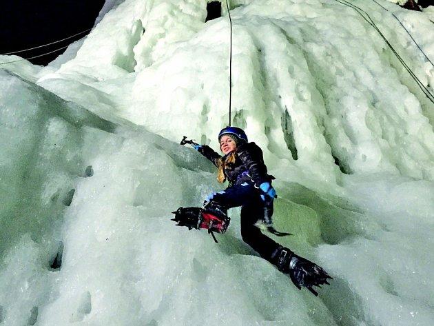 Při lezení na ledopádu se lezci neobejdou bez speciálního vybavení, jako jsou cepíny a mačky. I ty si lze ve Víru vypůjčit.