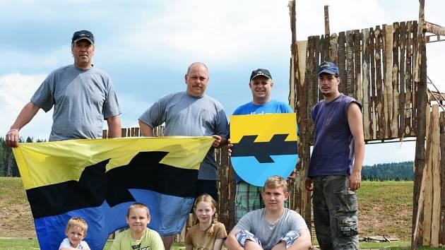 Na hřišti U křížku ve Škrdlovicích se staví kulisy pro velkou řež rytířů. Do obce v sobotu zavítá hned osm skupin historického šermu.
