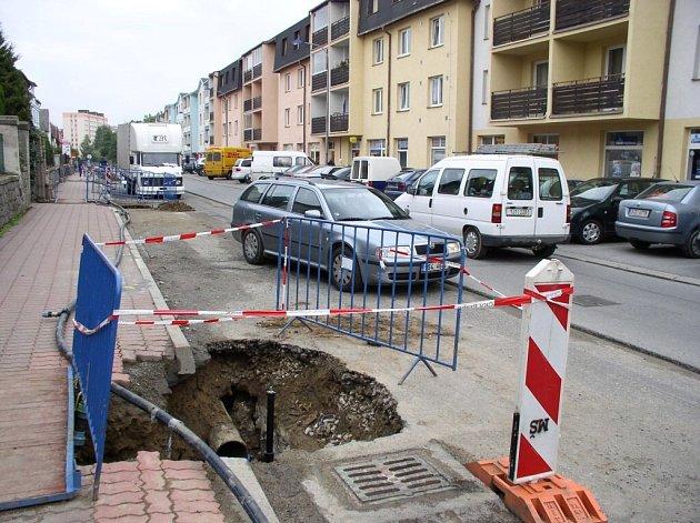 Úhybné manévry motoristů v pelhřimovské Strachovské ulici bývají o strach. Kromě výkopů se nachází na vyfrézované silnici spousta děr hrozících utržením kola či jiným poškozením auta.