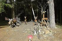 Vrchol Dědkovské hory s improvizovaným posezením, ohništěm i vrcholovou knihou loni na jaře doplnila dřevěná lesní zvířata.