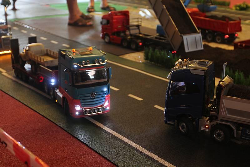RC modely jezdili po sále jako by šlo o skutečné silnice.