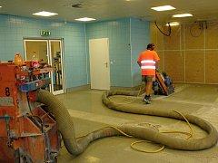 Podlahy v oddělení centrální sterilizace v následujících dvou měsících projdou sanací.
