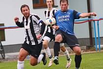 Hráči rezervy FC Žďas (v černobílém) doma zdolali béčko Třebíče gólem Lukáše Filippiho 1:0. Svěřenci kouče Machatky díky tomu unikají záchranářským starostem.