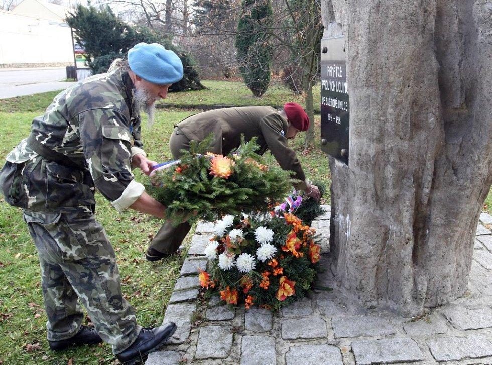 Den veteránů, oslavili položením věnce u pomníku padlých vojínů zástupci žďárského Svazu válečných veteránů. Radim Chrást a Petr Dvořáček jsou jedni z šedesáti členů tohoto svazu na Vysočině.
