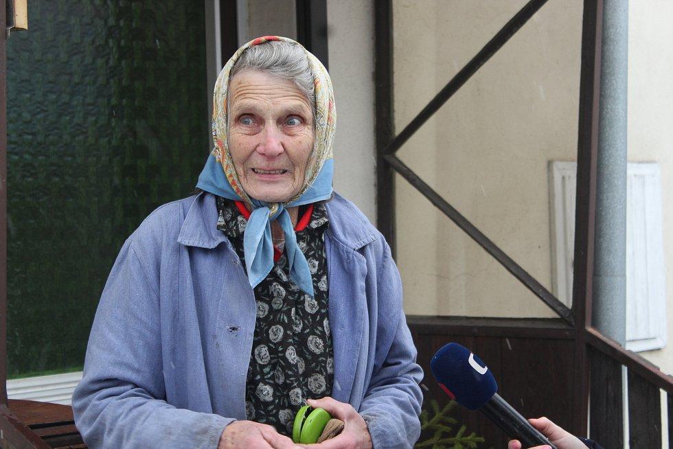 Sousedce Martě Němcové, která bydlí hned vedle nakaženého chovu, museli veterináři utratit šest slepic a kohouta.