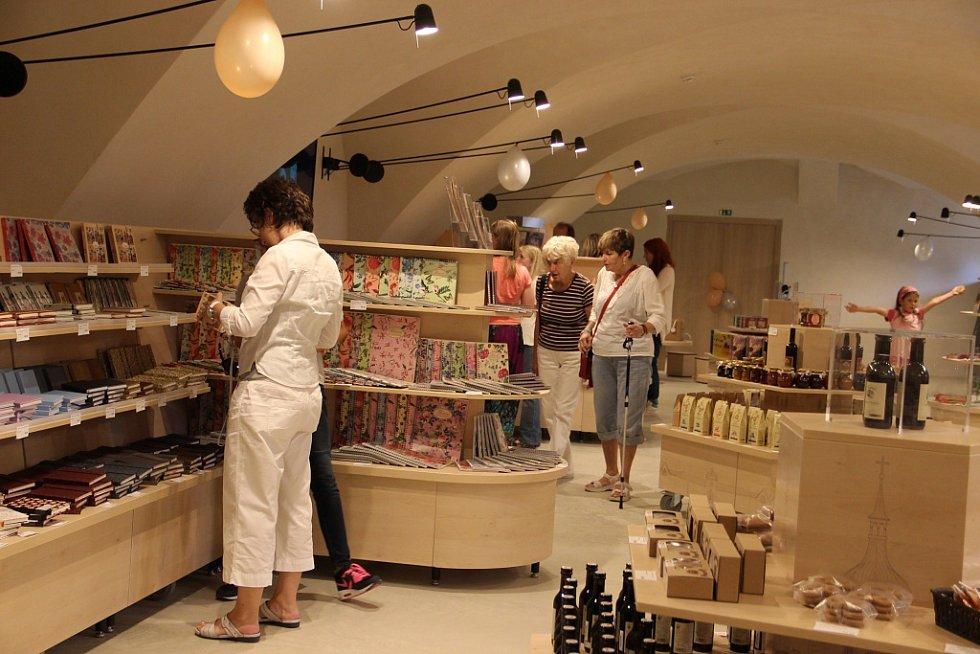 Konec prohlídky návštěvníky dovede do prodejny pro turisty.