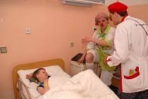 Malí pacienti novoměstské nemocnice zažili zhruba tříhodinovou návštěvu zdravotních klaunů.