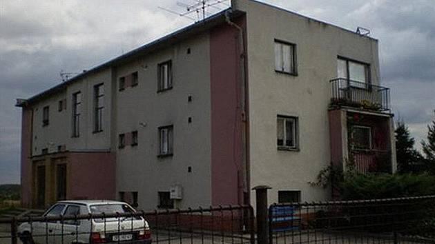 Za 1 276 000 korun je k mání čtyřbytovka vedle stanice v Křižanově. Přednostní právo koupě mají stávající nájemci.