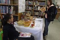 Prodejní výstavu, kterou bylo možné v prostorách knihovny vidět již minulý týden, uspořádala z výtvorů svých klientů Oblastní charita Žďár nad Sázavou, a to u příležitosti tradičního Dne charity.