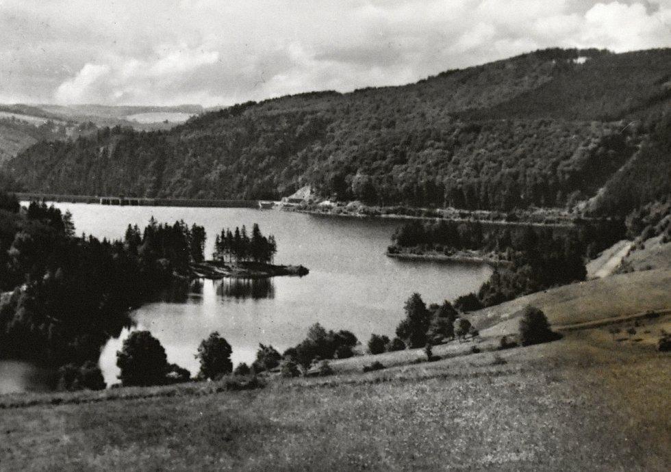 Za oběť Vírské přehradě padly obce Chudobín a Korouhvice.Jejich pozůstatky lze spatřit když je méně vody. Stejně tak i pozůstatky staré betonárky.  Foto: se svolením obce Vír