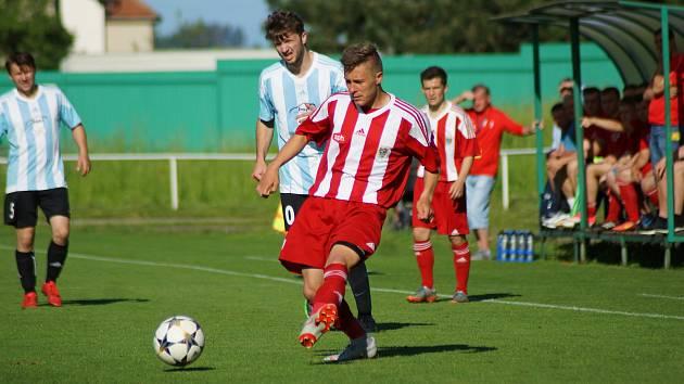 Fotbalisté Bystřice (v červeném) zcela po zásluze opanovali letošní ročník krajského přeboru.