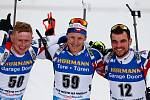 Vítězslav Hornig, Ondřej Moravec a Michal Krčmář po dojezdu do cíle v závodu Světového poháru v biatlonu - stíhací závod mužů na 12,5 km.