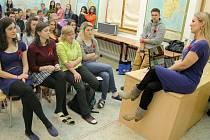 Symbolem anglosaského svátku je červený vlčí mák. Ten prodávali studenti novoměstského gymnázia. Výtěžek z prodeje poputuje jedné z rodin zahynulých vojáků v Afghánistánu. Besedu na téma Afghánistán očima ženy vedla v gymnáziu reportérka Lenka Klicperová.
