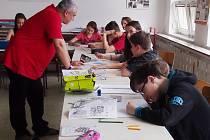 Děti žďárských škol se zapojují do výtvarně-literární soutěže s názvem Jak vidím svoje město. Na snímku žáci ze 7.B ZŠ Palachova pracují na soutěžních kresbách.