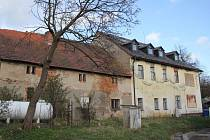 Kromě restauračního a ubytovacího zařízení je součástí dražby také přilehlá stodola a okolní pozemky,