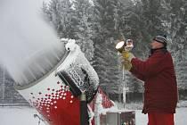 V předloňské zimě měli pořadatelé Zlaté lyže sněhu až moc. Loni pro změnu prakticky žádný. Letos by mohli začít zasněžovat už v polovině listopadu. Pokud začne mrznout a budou mít dostatečnou zásobu vody.