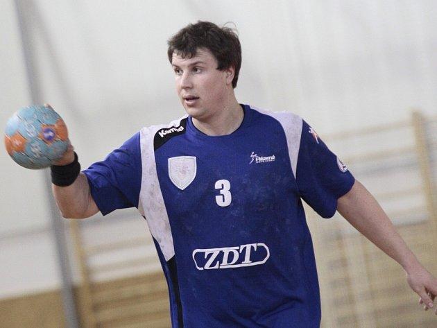 Kapitán Nového Veselí Leoš Smrčka ze zdravotních důvodů přerušil aktivní kariéru. S házenou se ale neloučí. V nadcházející sezoně bude dělat asistenta trenéra v mladším dorostu.
