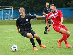 Béčko Žďáru (v černém) doma podlehlo juniorce Vrchoviny 0:1 (v červeném střelec Lukáš Slavíček).