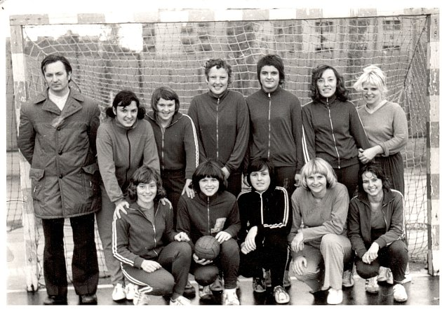Dnes již mají vNovém Veselí pouze mužské kategorie, nebylo tomu tak ovšem vždy. Na tomto snímku je družstvo žen, hrající vroce 1976krajský přebor.