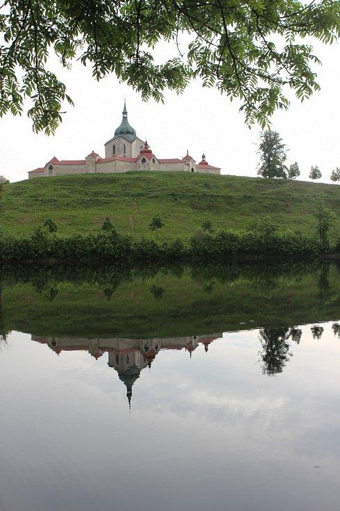 Výhled ze soukromé zámecké zahrady na Zelenou horu.