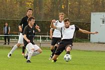 Fotbalisté juniorky Nového Města na Moravě (v bílých dresech) by se letos rádi propracovali z 1. A třídy mezi krajskou elitu na Vysočině.