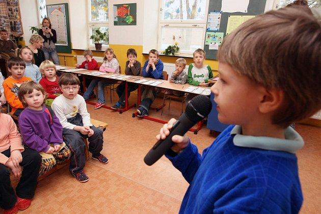 Nervozita i potlesk. Pocity účastníků pěvecké soutěže X Factor si vyzkoušeli malí i velcí žáci základní a mateřské školy v Moravci.
