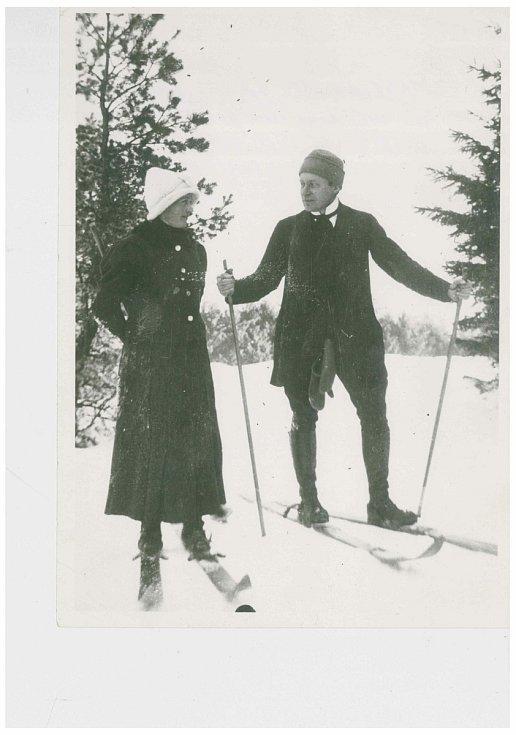 Malíř Karel Němec se ženou na lyžích v roce 1913.
