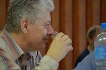 K hodnocení přihlášených pálenek se o poslední březnové sobotě sešlo čtyřiadvacet členů komisí. Pálenky byly rozděleny do devíti kategorií, celkovým vítězem se letos stala meruňkovice Radovana Škody z Velkého Meziříčí. (na snímku)