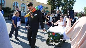 Rokytenští hasiči pobavili svatebčany, nevěsta s ženichem museli plnit úkoly