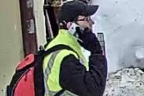 Tento muž byl v době krádeže poblíž místa činu. Policisté po něm pátrají, mohl by poskytnout důležité informace.